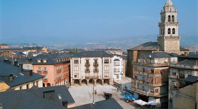 View of square and tower of La Encina Basilica. Ponferrada © Turespaña