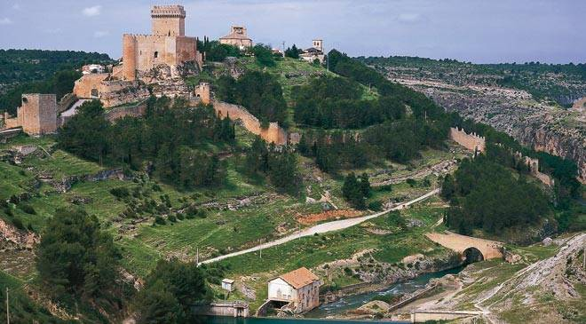 View of Alarcón, where the walls and castle stand out. Alarcón, Cuenca © Turespaña