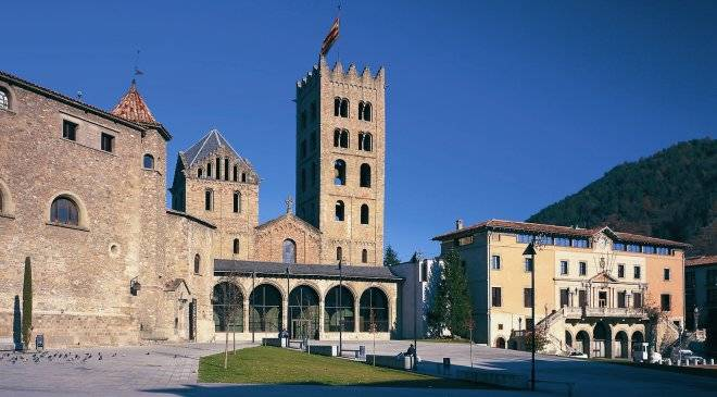 Square and Monastery. Ripoll © Turespaña
