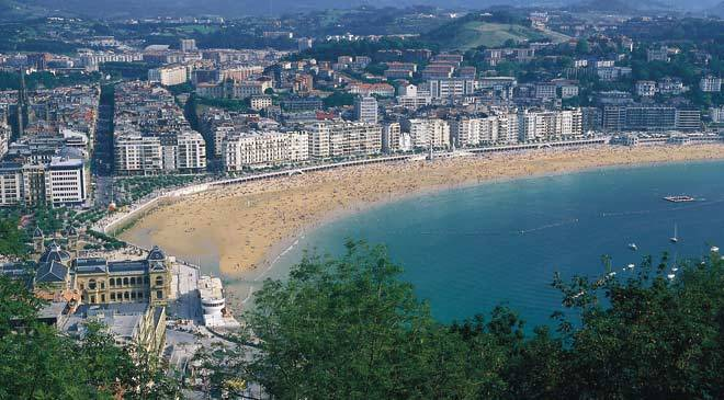 View of La Concha Beach from a hill. Donostia-San Sebastián © Turespaña
