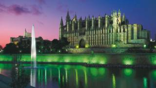 View of Palma cathedral by night. Majorca © Turespaña