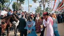 Horsemen and women in traditional dress during the April Fair. Seville © Turespaña