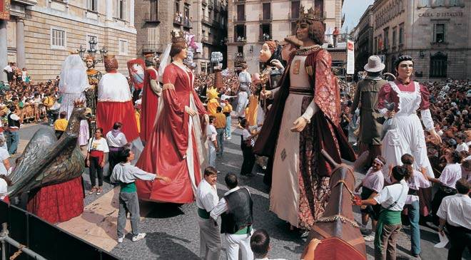 Giants and 'cabezudos' in a square. Festivity of Nuestra Señora de La Merced. Barcelona © Turespaña