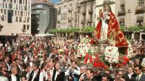 Image of the Virgin of Fuensanta accompanied by the inhabitants of Murcia wearing regional dress, during the procession through the city's streets © EFE
