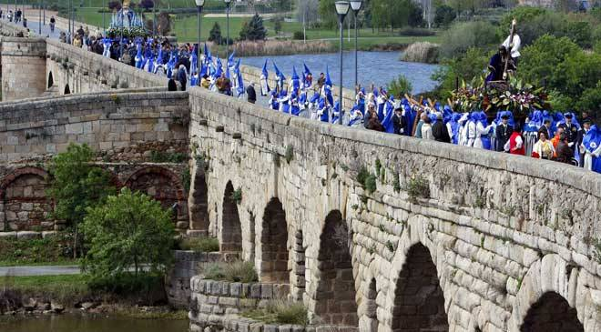 Procession of the Cristo de las Tres Caídas crossing the Roman bridge over the Guadiana © Ayuntamiento de Mérida