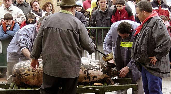 An Iberian pig is slaughtered to mark the start of the Pig Slaughter Ritual and Gastronomy Festival in Burgo de Osma © EFE