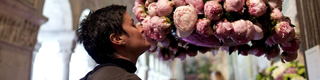 A woman smells a bouquet of flowers in Girona Cathedral during the Temps de Flors festival © EFE