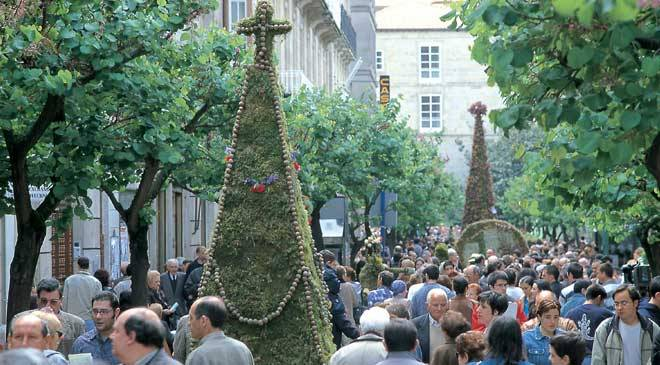 Figures with floral and plant elements in the Festa dos Maios. Ourense © Turgalicia