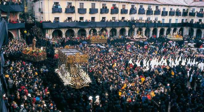 Procession with floats and people. Easter week in León © Turespaña