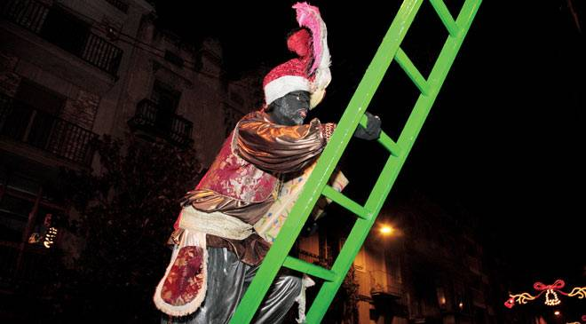 Royal Page climbing a ladder during the Feast of the Three Kings in Igualada, Barcelona © Comisión de la Cabalgata de Reyes de Igualada