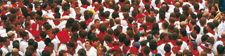 View of the crowd dressed in white with the typical red kerchief of San Fermín. Festivities of San Fermín. Pamplona ©Turespaña