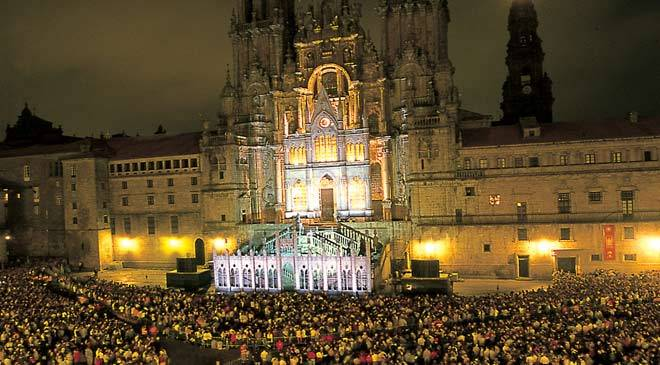 Crowd before an illuminated Santiago cathedral during the festivity of Saint James the Apostle. Santiago de Compostela, A Coruña © Turgalicia