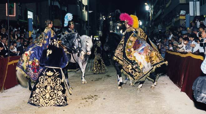 Horses and people dressed as Roman emperors and gods during the parade. Easter week in Lorca ©Turespaña
