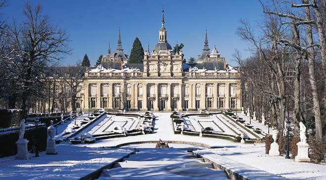 Palace and snow-covered gardens at La Granja de San Ildefonso. San Ildefonso or La Granja, Segovia © Turespaña