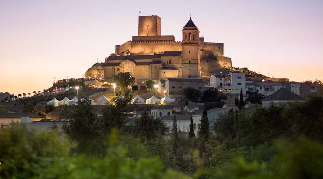 View of Alcaudete in Jaén by night, with the castle in the background © Ayuntamiento de Alcaudete