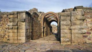 Remains of Roman arches in the Roman amphitheatre. © Turespaña