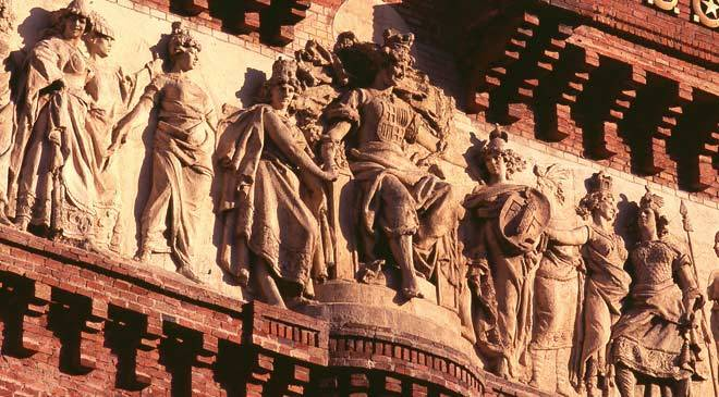 Detail of reliefs on the triumphal arch. Barcelona © Turespaña