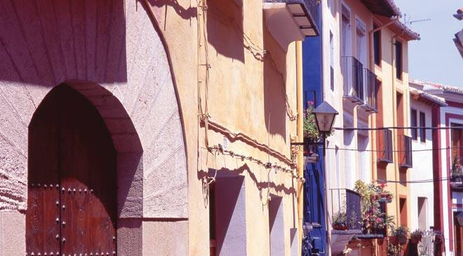 Partial view of a street in Ontinyent with traditional houses © Turespaña