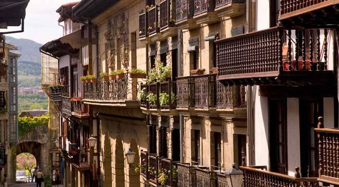 Calle Mayor street in Hondarribia © Turespaña