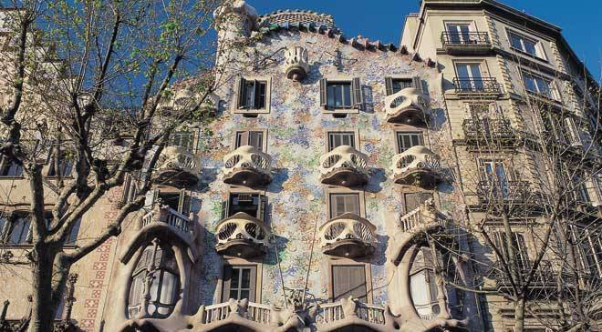 Side view of the façade of the Casa Batlló building. Barcelona © Turespaña