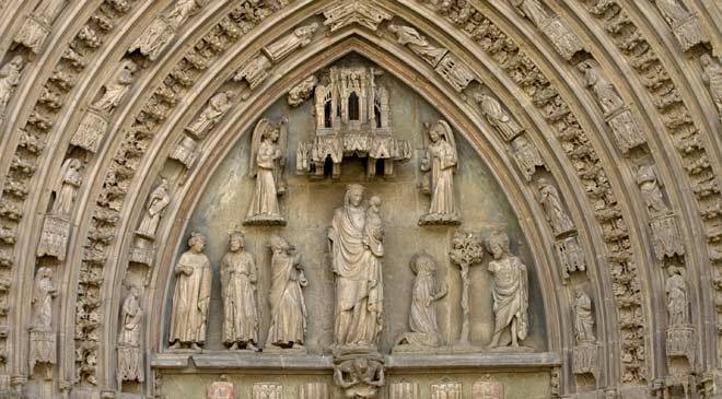 Carved figures on the façade of Huesca cathedral © Turespaña