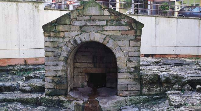 """Front view of the late mediaeval fountain. Oviedo © Turespaña"""