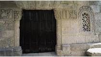 Main door of the church of San Ginés de Francelos and relief of Jesus' entry into Jerusalem. © Turespaña