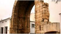 Partial view of Trajan's Arch in Mérida © Junta de Extremadura