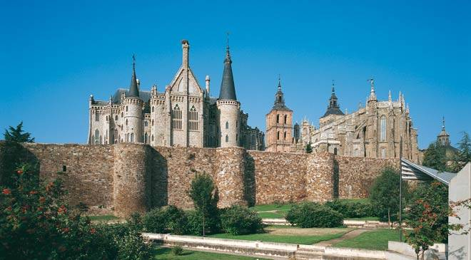 View of the Roman wall and the Episcopal palace Astorga © Turespaña