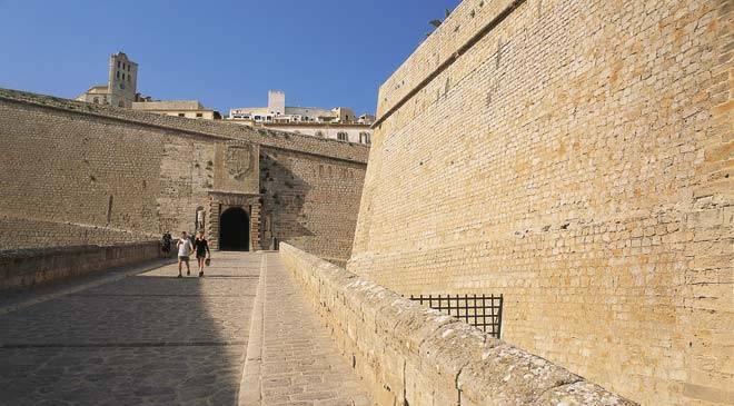 Access ramp to Dalt Vila, beside the Renaissance walls. Portal de Ses Taules gateway ©Turespaña