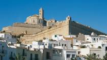 General view of Ibiza and the defensive walls of Dalt Vila. Ibiza © Turespaña