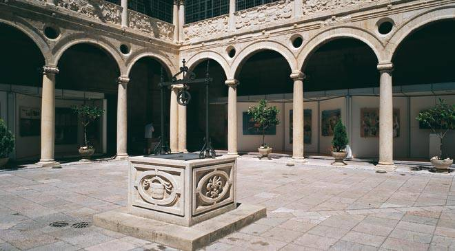 Courtyard with columns and well inside the Los Guzmanes Palace  ©Turespaña