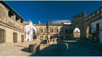 General view of the square and the fountain of the lions. Plaza del Pópulo square. Baeza © Turespaña