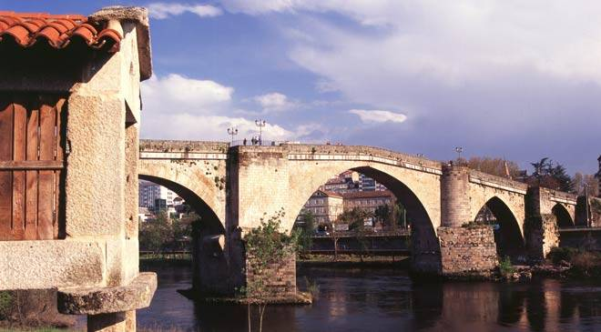 View of the bridge with Roman base and medieval arches on the Miño River © Turespaña