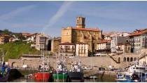General view of the port and the church of San Salvador. Getaria © Turespaña