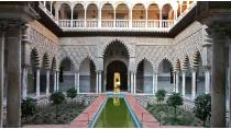 Courtyard in the Real Alcázar palace in Seville © Turespaña