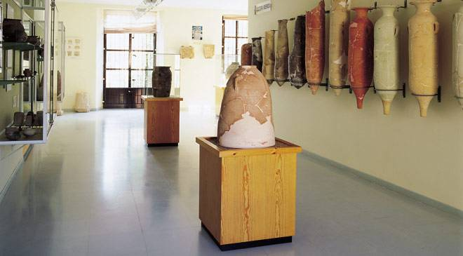 Amphorae in a room in the museum. Lorca Municipal Archaeology Museum. Murcia ©Turespaña