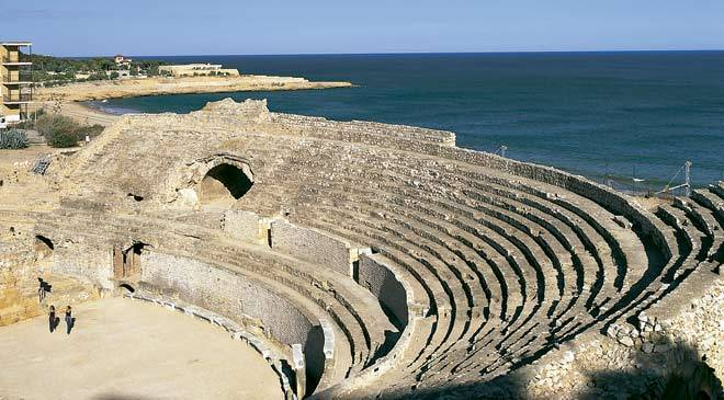 View of the Roman amphitheatre in Tarragona, with the Mediterranean Sea in the background. Tarragona © Turespaña