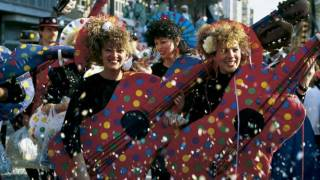 Young people in disguise celebrating carnival in the streets of Cadiz © Turespaña