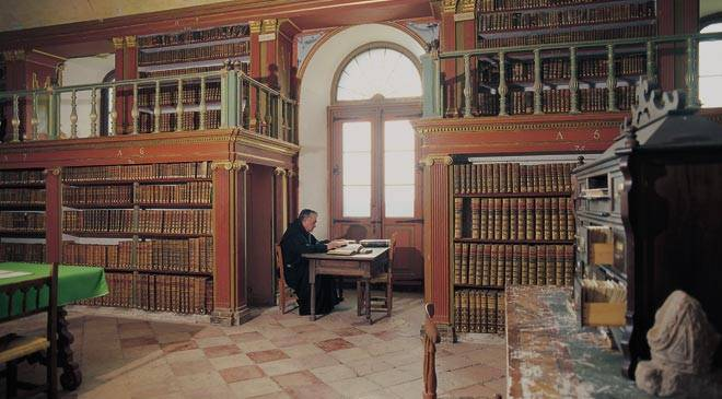 Monk reading in the library at Yuso Monastery © Turespaña