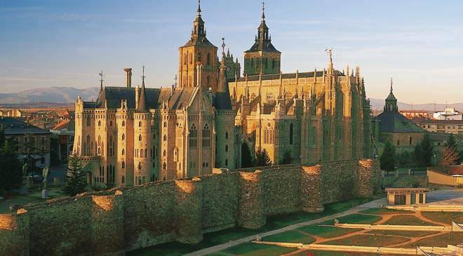 Episcopal Palace and cathedral. Astorga © Turespaña