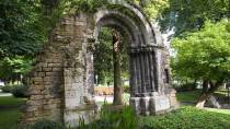 San Francisco Park, with a Roman arch set in vegetation. Oviedo © Turespaña