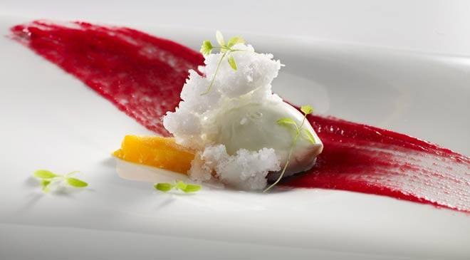 Frozen celery with brandy granizado, half-cold mango slices, compote of beetroot and fruit, young shoots and celery leaves © Restaurante Martín Berasategui