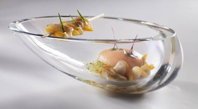 Vine-ripe peach gazpacho with cockles infused in txakoli wine © Restaurante Martín Berasategui