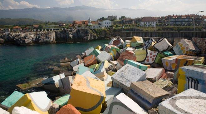 Port and the 'Cubos de la Memoria'. Llanes © Turespaña