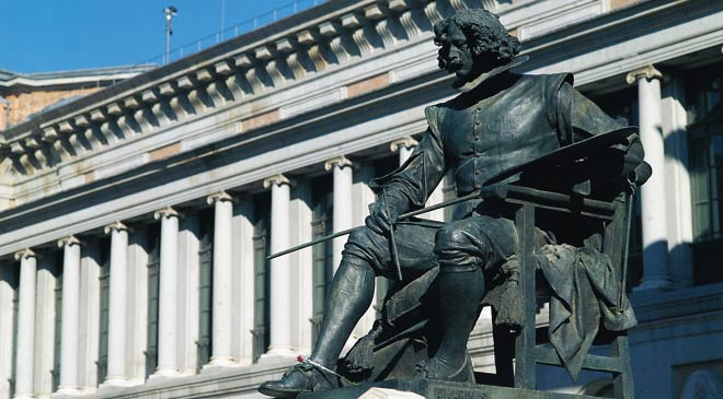 Statue of Velázquez next to the Prado Museum in Madrid © Turespaña