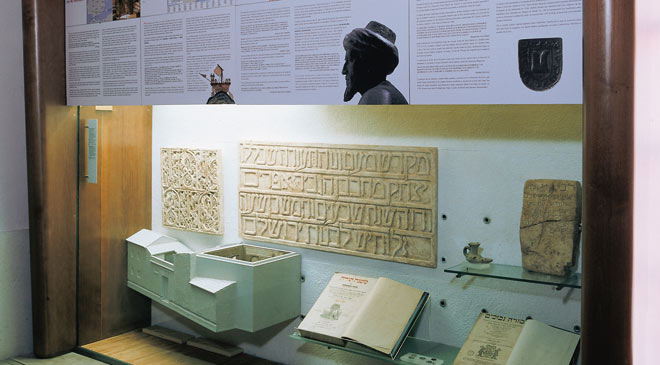Display case with documents, books and steles. Sephardic Museum. Toledo © Turespaña